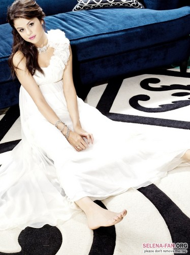 Selena Gomez wallpaper possibly containing a bridesmaid, a dinner dress, and a gown entitled Princess <3