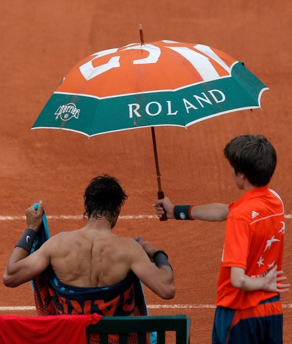 tenis wolpeyper with a parasol entitled Rafa sexy back 2012