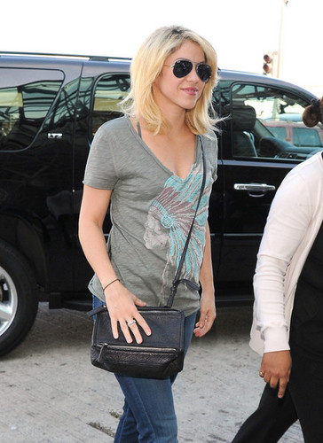 Shakira Departs from LAX - shakira Photo