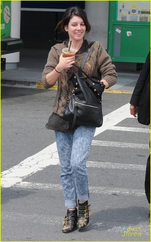 Shenae at LaGuardia airport in New York City  - shenae-grimes Photo