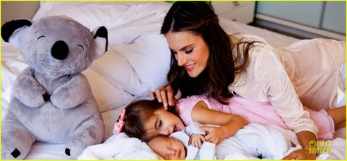Alessandra has debuted the first foto's of her newborn son Noah