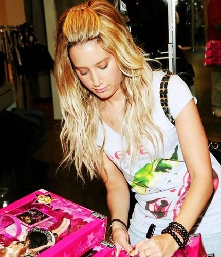 Ashley Tisdale..♥