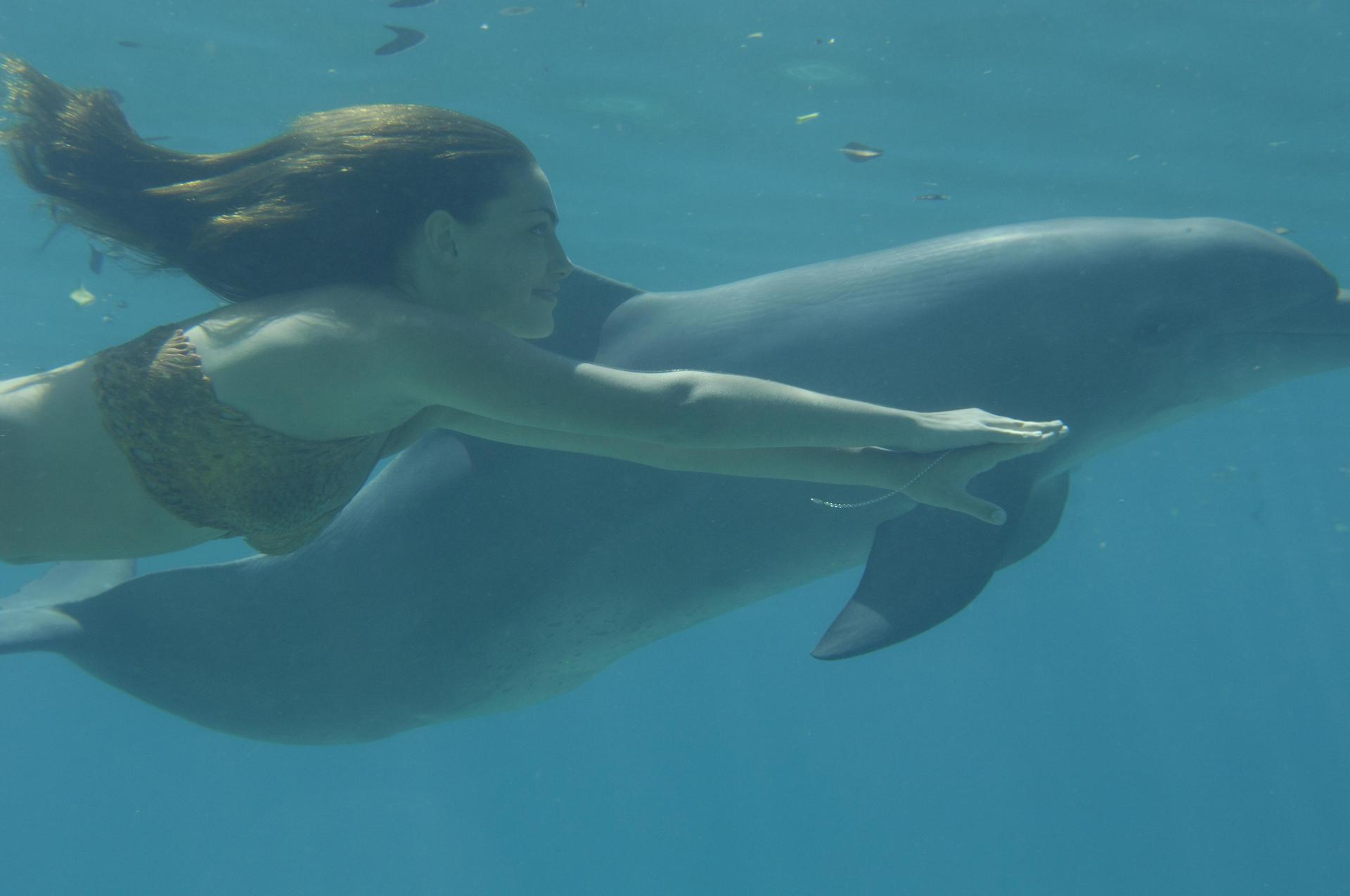 Phoebe tonkin and h20 images cleo swimming with a dolphin for Immagini h2o