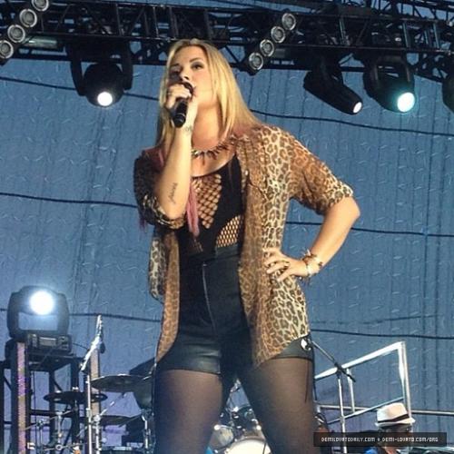 Demi - Summer Tour - ngôi sao Pavilion Hershey Park Hersey, PA - June 23, 2012