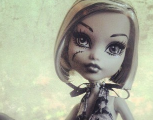 Frankie skull shores doll