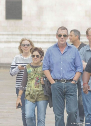 Hugh Laurie karatasi la kupamba ukuta possibly containing a boater, a street, and sunglasses called Hugh Laurie-Moscow (Kremlin) 26.06.2012
