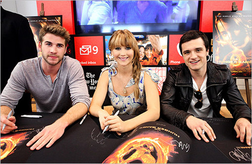 Hunger Games Cast Signing Autographs