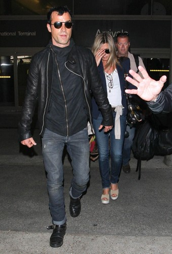 Jennifer Aniston wallpaper titled Jennifer Aniston And Justin Theroux Spotted Arriving On A Flight At LAX [25 June 2012]
