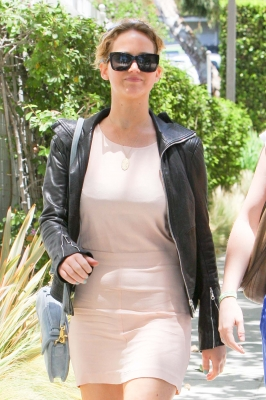 Jennifer walkin around Santa Monica 6-23