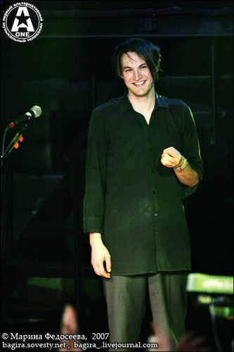 Red Hot Chili Peppers 壁紙 containing a business suit and a well dressed person entitled Josh Klinghoffer