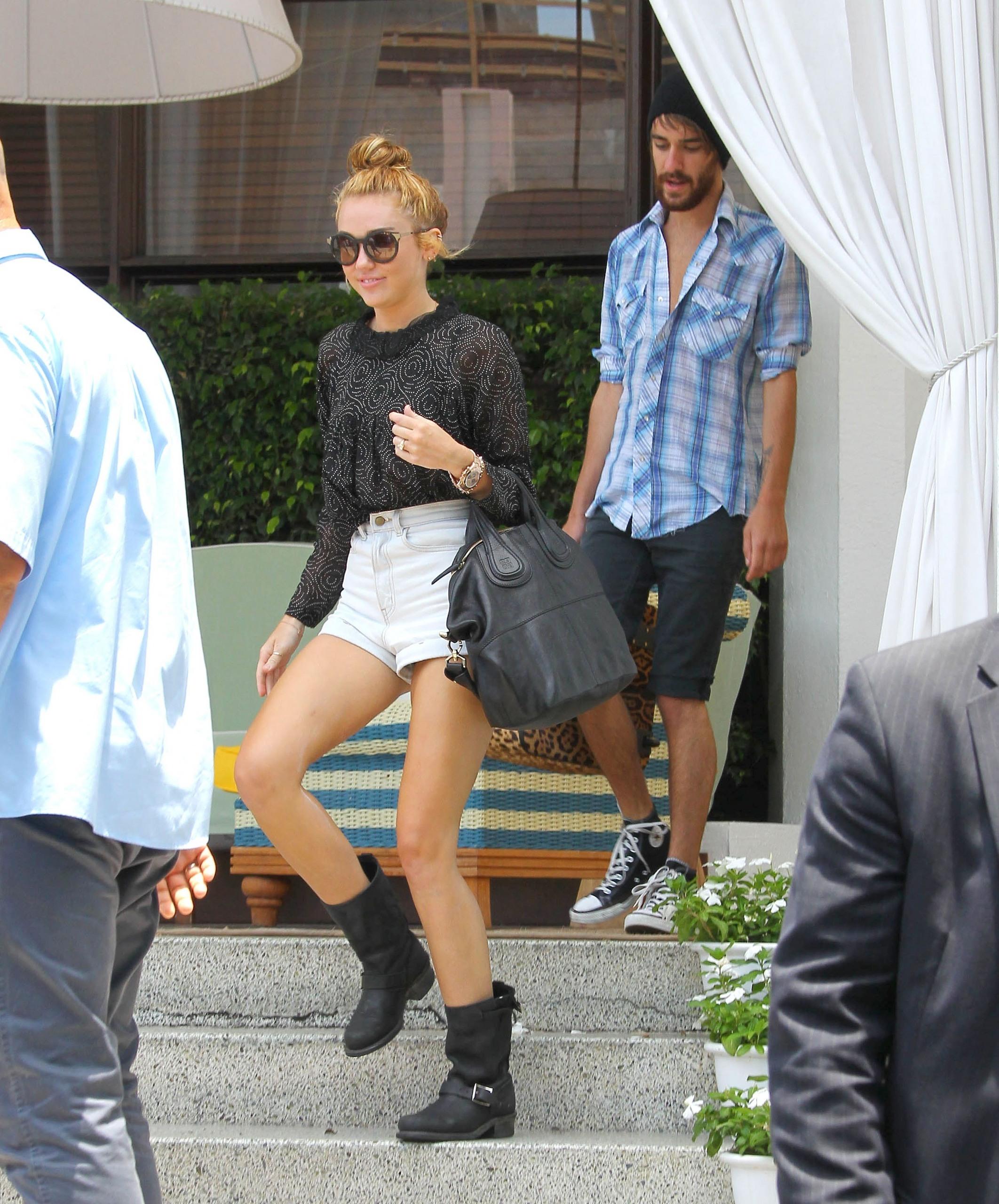 Leaving Her Hotel In Miami [15 June 2012]