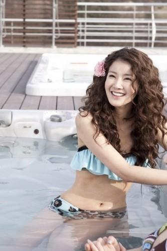 Lee Si Young in bikini