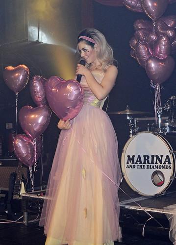 码头, 玛丽娜 performing