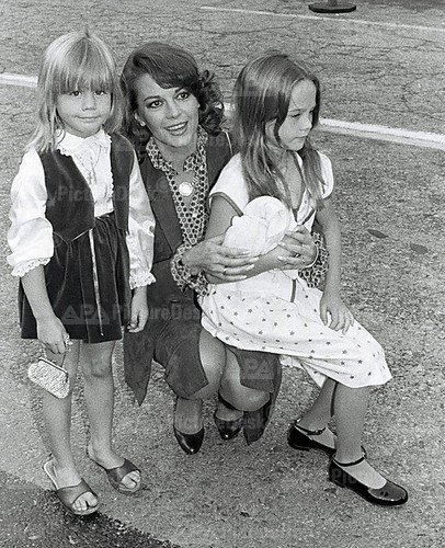 natalie wood wallpaper probably with a park bench called Nat and the girls on April 9 1979 at Hart To Hart premeire party
