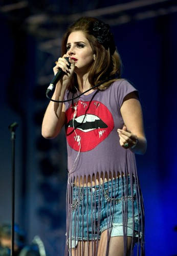 Performs in the Big tuktok of The Isle of Wight Festival at Seaclose Park (June 22)