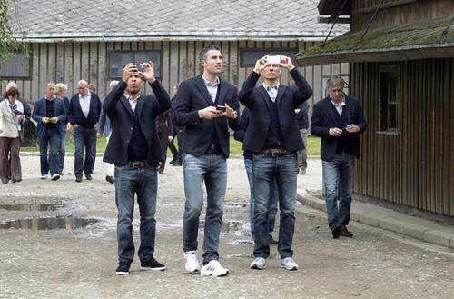 R. バン Persie (Dutch team visiting Auschwitz)
