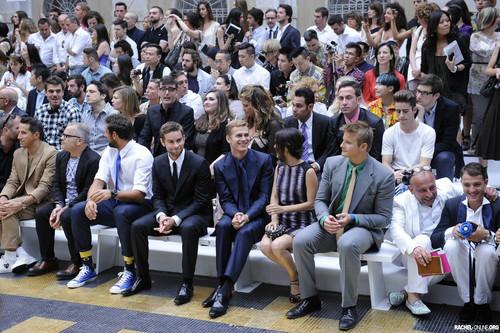 Rachel Bilson fond d'écran with a business suit, a well dressed person, and a dress suit titled Rachel at the Versace catwalk during the Milan Men's Fashion montrer {23/06/12}