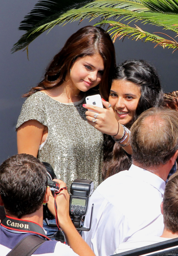 Selena - Greeting her प्रशंसकों in Cannes - June 21, 2012