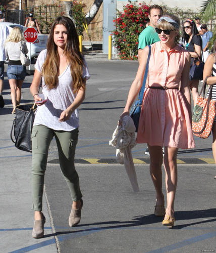 Selena - Out with Taylor rápido, swift - June 27, 2012