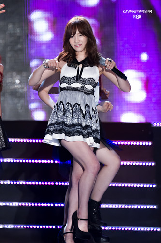 Kim Taeyeon karatasi la kupamba ukuta containing a tamasha entitled Taeyeon @ 2013 Suncheon bay Garden Expo D-300 KPOP Festival