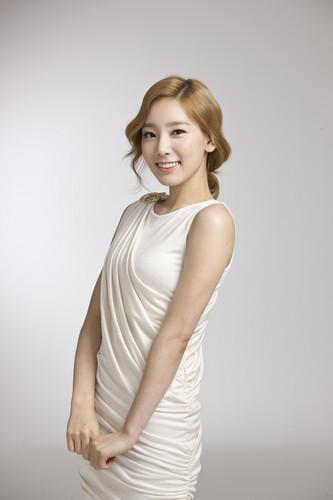 Kim Taeyeon karatasi la kupamba ukuta containing a cocktail dress entitled Taeyeon @ LG 3D TV