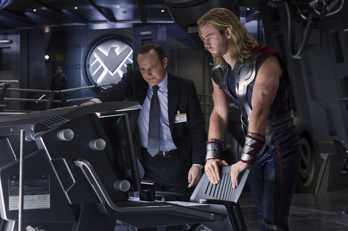 Chris Hemsworth wallpaper with a well dressed person entitled The Avengers : Stills