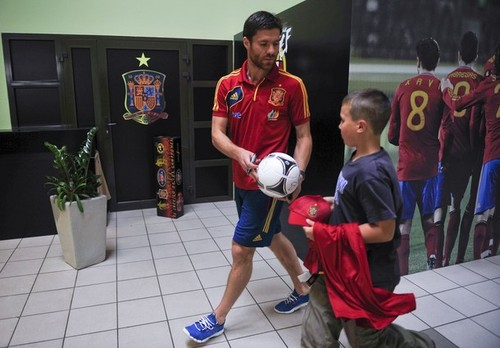 Xabi Alonso signs an autograph