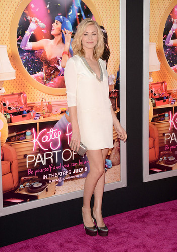 이본느 스트라호브스키 바탕화면 possibly containing bare legs titled Yvonne Strahovski @ the Premiere of 'Katy Perry: Part Of Me 3D'