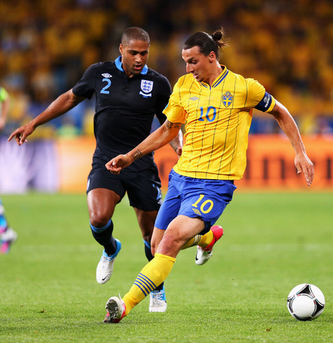Zlatan Ibrahimovic fond d'écran possibly containing a fullback, a football player, and a football ball called Z. Ibrahimovic (Sweden)