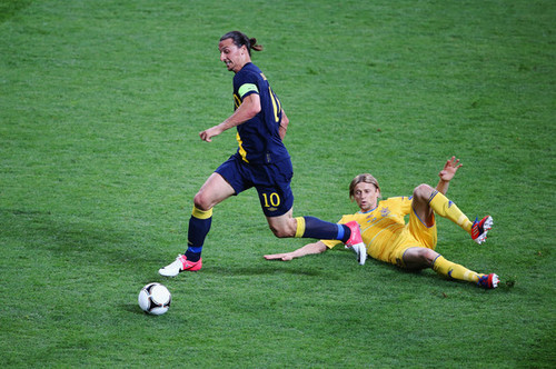 Zlatan Ibrahimovic fond d'écran with a football ball, a football player, and a fullback, bourreau, centre-arrière titled Z. Ibrahimovic (Sweden)