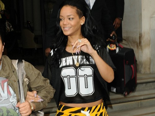 riri black and yellow - rihanna Wallpaper