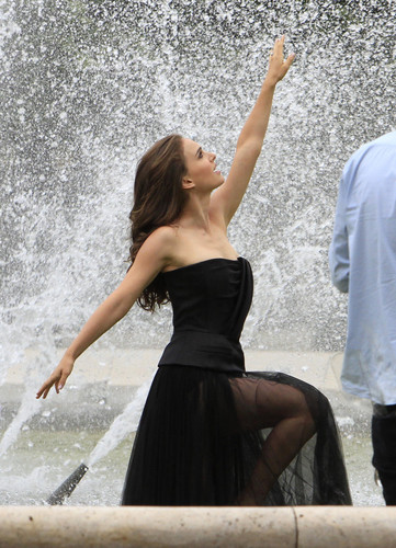Modeling for a Miss Dior campaign bức ảnh shoot in the gardens of the Palais-Royal in Paris (June 26t
