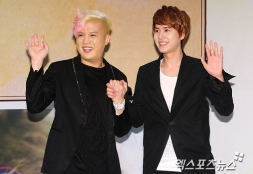 Super Junior karatasi la kupamba ukuta containing a well dressed person called . album 6th : press conference .