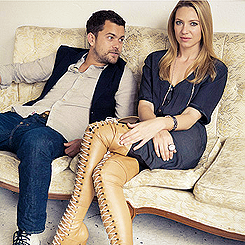 Anna Torv and Joshua Jackson 바탕화면 containing a well dressed person and a hip boot titled Anna & Josh ♥