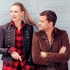 Anna Torv and Joshua Jackson wallpaper with a well dressed person entitled Anna & Josh ♥