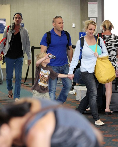 Britney Spears And Family Arrive In Maui [1 July 2012]
