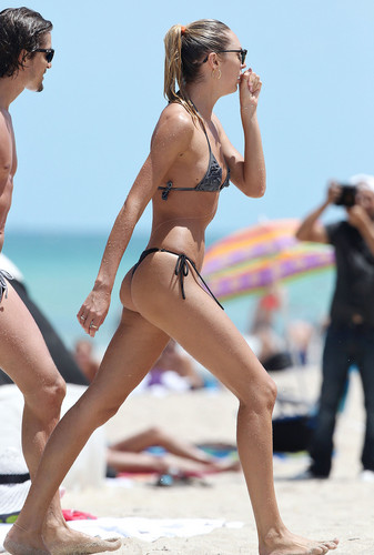 Candice Swanepoel Gets Wet on the 바닷가, 비치 in Miami – July 3rd, 2012