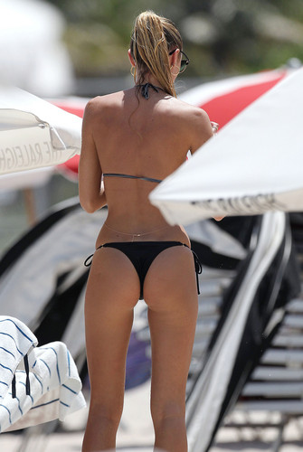 Candice Swanepoel Gets Wet on the ビーチ in Miami – July 3rd, 2012