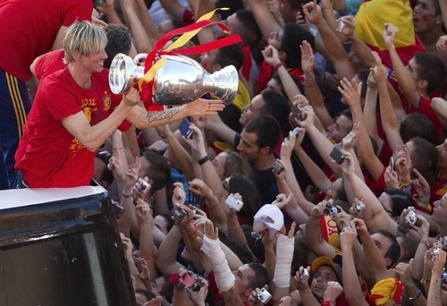 Spain National Football Team wallpaper entitled Celebration and Parade through Madrid