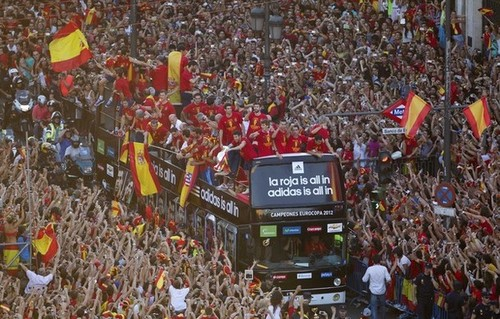 Spain National Football Team wallpaper with a flowerbed called Celebration and Parade through Madrid