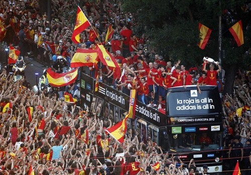 Spain National Football Team wallpaper containing regimentals and a full dress uniform called Celebration and Parade through Madrid