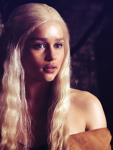 Daenerys Targaryen wallpaper probably with a portrait and skin called Daenerys Targaryen