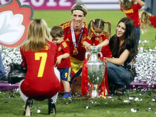 Fernando Torres karatasi la kupamba ukuta possibly with a tabard titled Euro 2012 final: Spain v Italy - Torres celebrating victory