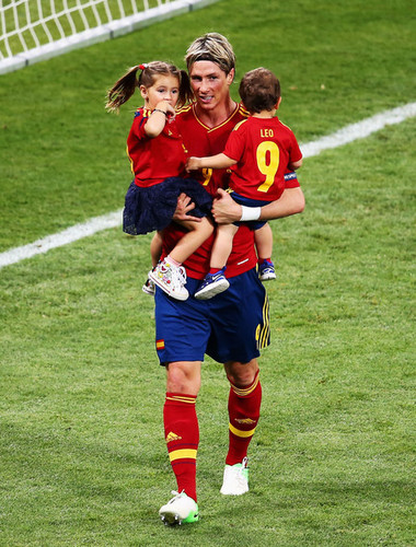 Fernando Torres achtergrond containing a fullback, a soccer player, and a tight end entitled Euro 2012 final: Spain v Italy - Torres celebrating victory