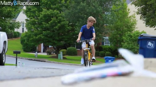 Matty B Raps achtergrond with a fietsen called MattyB - Be Right There (Official muziek Video)