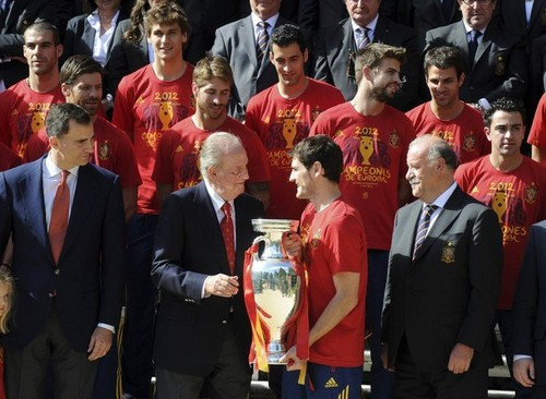Spain National Football Team wallpaper with a business suit, a suit, and a dress suit entitled Meeting the Royal Family