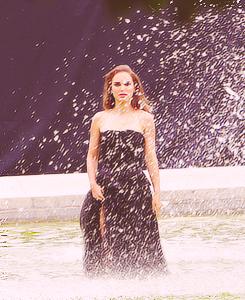 Natalie Portman wallpaper containing a fountain entitled Natalie <3