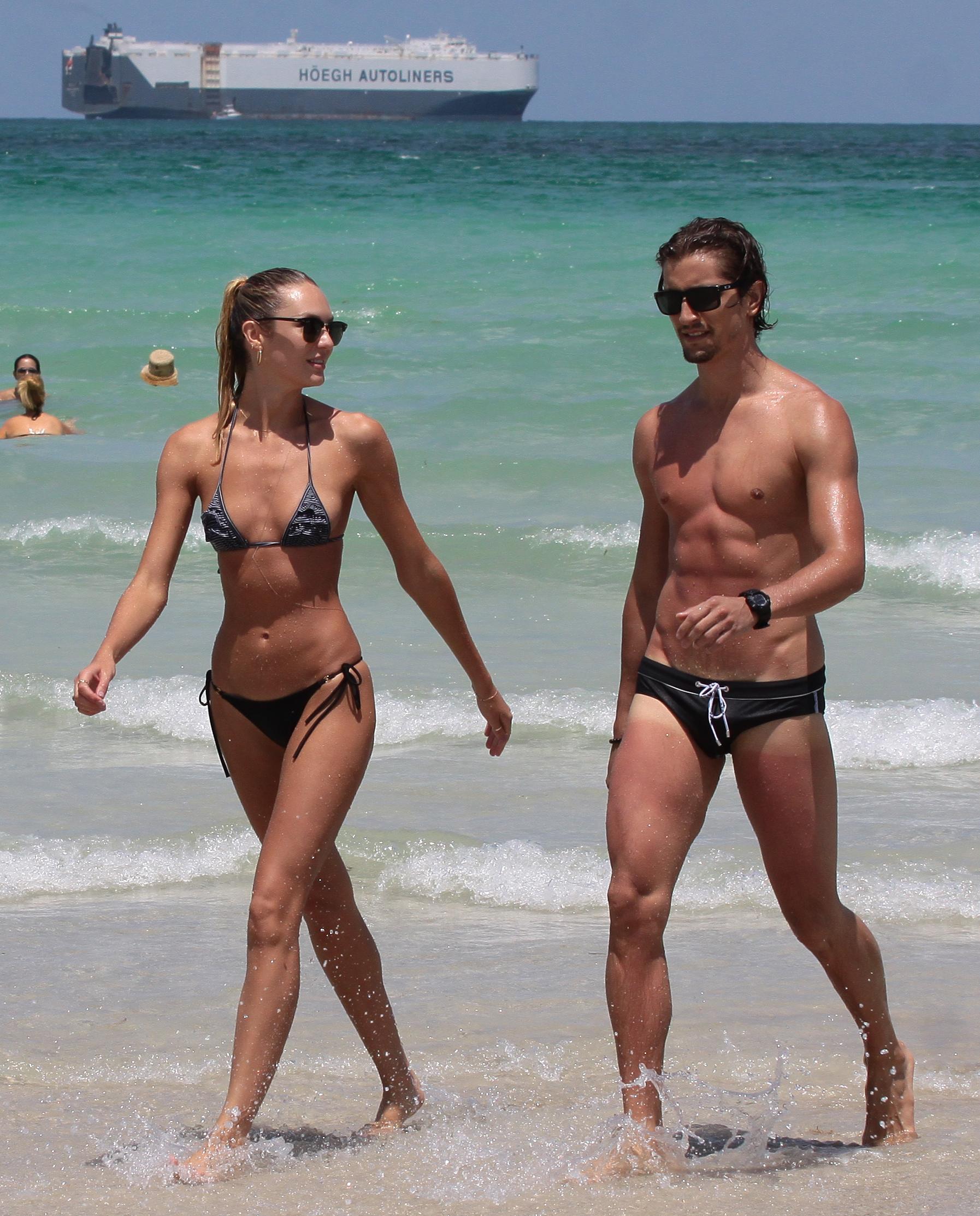 Трое парней на пляже 9 фотография
