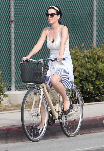 Katy Perry wallpaper probably containing a velocipede titled Out For A Bike Ride In Venice Beach [4 July 2012]