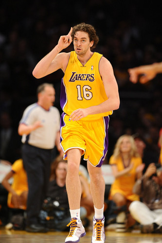 Los Angeles Lakers wallpaper possibly with a bola basket player and a pemain yg menggiring bola, yg... called Pau Gasol
